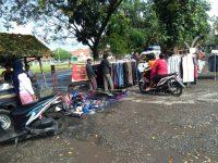 Lapangan Masih Ditutup, Pedagang Pasar Legen Tetap Menggelar Lapak Di Pinggir Jalan