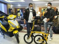 Pengacara Henry Indraguna Borong Sepeda Lipat Kuning Bamsoet Klasik